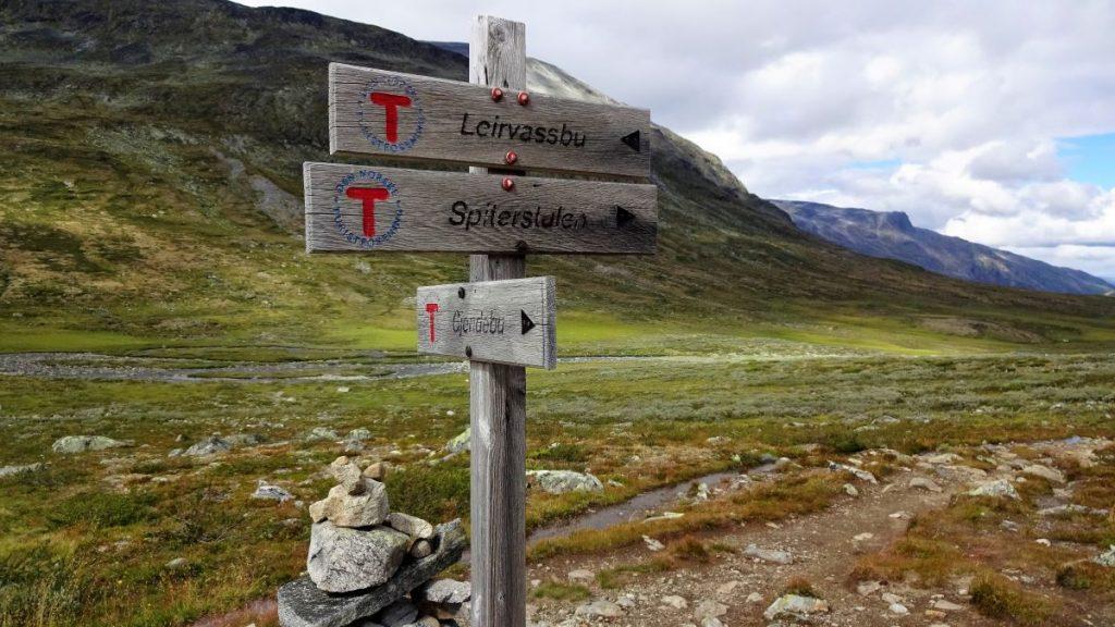 Richtingsborden naar hutten in Noorwegen - home abbiccì vertalingen & teksten